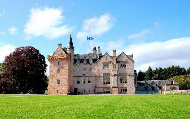 10_historic_places_to_stay_in_the_UK-Brodie_Castle_1024x643_800x502