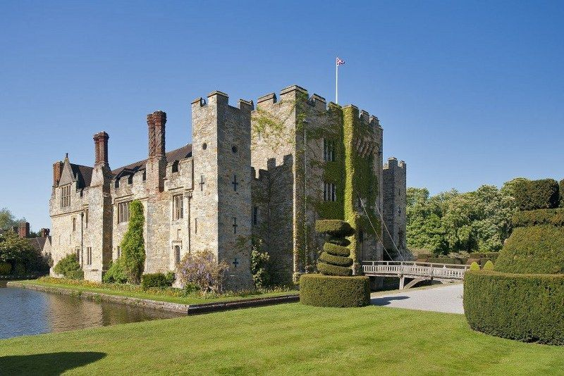 10_historic_places_to_stay_in_the_UK-Hever_Castle_1024x683_800x534